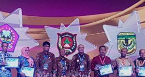 Penyerahan penghargaan pada Rakornas BKN di Gedung International Convention Exhibition (ICE) BSD-Tangerang, Rabu (11/7/2018). Dari Gayo Lues diterima Asisten III Setdakab Gayo Lues, Bambang Waluyo. (Foto/Ist)