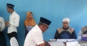 Salah seorang Bacaleg dari PKS sedang mengikuti tes kemampuan baca Al-quran yang diselenggarakan KIP Aceh Singkil di Gedung Serbaguna Singkil, Senin hari ini (23/7/2018). (Foto/Ist)