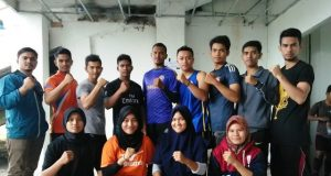 Para atlet muaythai putra dan putri Aceh Besar yang dipersiapkan ke PORA XIII/2018 diapit pelatihnya, Maskur (kiri) dan Syahrul (kanan) usai mengikuti tes fisik di Stadion Mini Unsyia, Minggu (29/7/2018). (Foto/Ist)