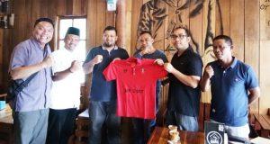 CSR & Media Relations Manager PT Mifa Bersaudara Azizon Nurza didampingi Act Comrel Manager Rahmat Ahmed berfoto bersama Ketua Umum Meulaboh FC, Akrim didampingi manajemen dalam sebuah perjanjian kerjasama di Gampong Kupi Meulaboh, Jumat (3/8/2018). (Foto/Dedi)