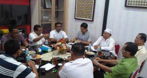 Pertemuan sejumlah pengurus KONI Aceh Besar dengan pengurus KONI Aceh di ruang ketua harian di Sekretariat KONI Aceh di Banda Aceh, Jumat sore. (Foto/Ist)