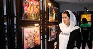 Artis Marcella Zalianty ketika mengunjungi pameran foto pada event SUWA. (Foto/Ist)