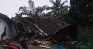 Salah satu rumah warga yang atapnya terbang disapu angin kencang, Selasa sore (7/8/2018).