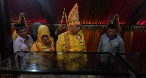 Bupati Aceh Tengah Shabela Abu bakar dan Puan Maharani, Ketua PKK Aceh Tengah, saat menyaksikan duplikat kerangka manusia hasil penelitian arkeolog yang dipajang di stand pameran. (Foto/Bahtiar Gayo)