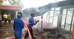 Sejumlah personel pemadam kebakaran sedang berusaha memadamkan api yang membakar empat unit rumah di Desa Tambon Tunong, Kec. Dewantara, Aceh Utara, Jumat (10/8/2018). (Foto/M. Agam Khalilullah)
