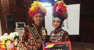 Pasangan Win dan Ipak Gayo (Iwan Ramadhan dan Alma Madhyana Alfarisi) tampak sangat serasi ketika mengenakan pakaian adat kebesaran Gayo dengan motif kerawangnya. (Foto/Khairul Akhyar)