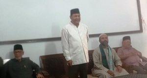 Abdullah Puteh juga didampingi mantan Sekda Aceh, Tantowi Yahya, mantan Ketua DPRA, Tgk Muhammad Yus (Abu Yus) saat silaturrahmi di panti asuhan. (Foto/Akb)
