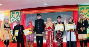 Para penerima Anugerah Budaya foto bersama Plt Gubernur Aceh, Nova Iriansyah, di sela PKA 7. (Foto/Ist)