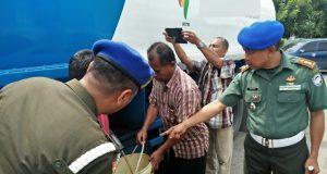 Dandenpom IM/1 Lhokseumawe Letkol Cpm Suharto menunjukkan truk tanki muatan 6000 liter atau 18 ton solar yang diduga ilegal ditangkap di kawasan Krueng Geukuh, Rabu (15/8/2018). (Foto/Zainuddin Abdullah)