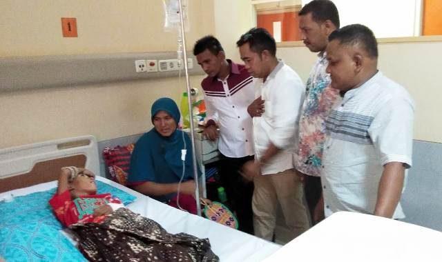Anggota Komisi D DPRK Pidie dipimpin Samsul Bahri A.Wahab melihat langsung kondisi TM Helmi Stansyah yang sedang dirawat di ruang Arafah I Kamar No 6 RSUD Zainoel Abidin, Banda Aceh. Selasa (14/8/2018). (Foto/Muhammad Riza)