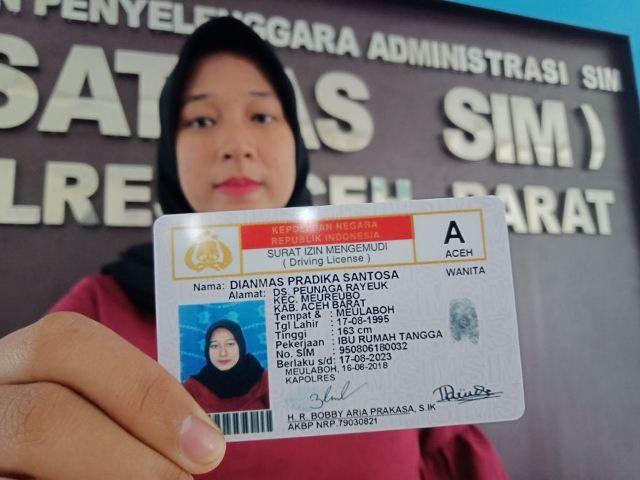 Salah seorang warga memperlihatkan SIM gratis yang diberikan oleh Satlantas Polres Aceh Barat dalam rangka memperingati Hari Kemerdekaan Republik Indonesia ke-73 tahun di Meulaboh, Kamis (16/8/2018). (Foto/Dedi Iskandar).