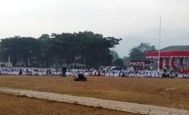 Ribuan masyarakat menggelar shalat Istisqa berjamaah bersama Bupati Muhammad Amru di Lapangan Pancasila, Blangkejeren, Kamis (16/8/2018). (Foto/Jasvira)