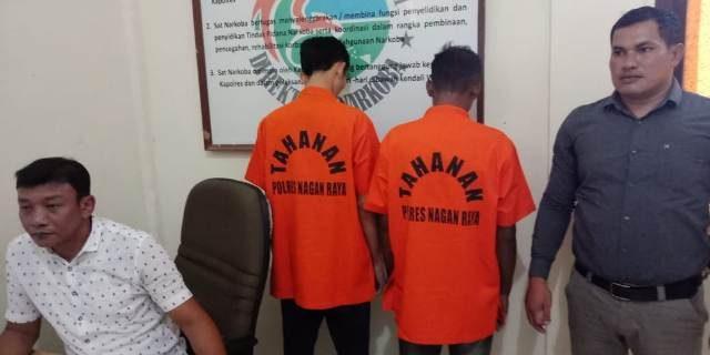Kasat Narkoba AKP Nazaruddin memperlihatkan kedua pelaku pengedar narkoba bersama barang bukti di Mapolres Nagan Raya, Kamis (16/8/2018). (Foto/Muji Burrahman)
