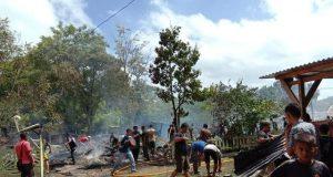 Sejumlah anggota TNI/Polri dan pihak terkait berusaha memadamkan api dalam musibah kebakaran yang terjadi di kompleks perumahan anggota Kodim Aceh Jaya, Sabtu (18/8/2018). (Foto/Dedi Iskandar)