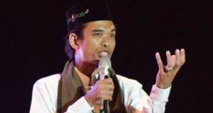 Ustadz Abdul Somad berceramah di hadapan ribuan ummat Islam di Banda Aceh, Sabtu malam (18/8/2018). (foto/dani randi)