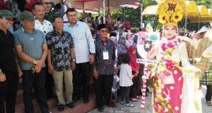 Wali Kota Suaidi Yahya, didampingi Dandim 0103/Aceh Utara Letkol Kav Fadjar WB saat melepas perserta karnaval menyambut HUT ke-73 RI, Sabtu (18/8/2018) di lapangan Hiraq. (Foto/Zainal Abidin)