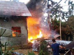 Warga Ule Gampong, Cot Girek, Aceh Utara sedang berusaha memadamkan api di rumah milik Muslem,45, Kamis (23/8/2018). (Foto/Ist)