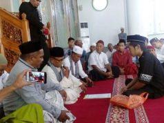Muhammad Ikhsan (baju hitam) sedang mengucapkan dua kalimat syahadat di Masjid Al-Muttaqin Peunayong, Banda Aceh, Jumat (21/9/2018). (Foto/T.Mansursyah/B)