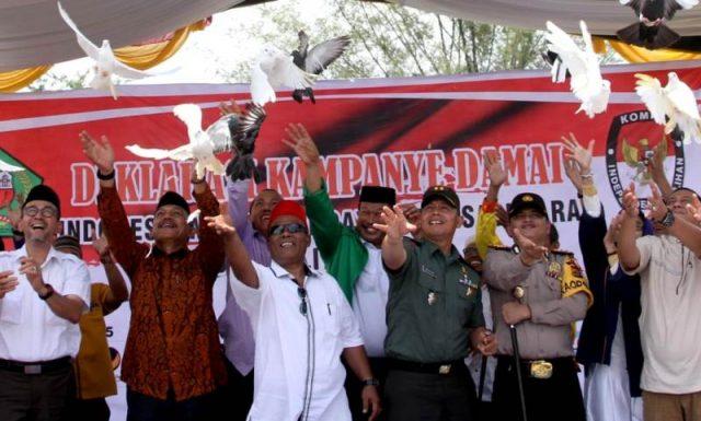 Bupati Pidie, Roni Ahmad, Kapolres, Dandim, Kajari dan para pimpinan Parpol di daerah itu melepaskan burung merpati, sebagai lambang perdamaian. (Foto/Muhammad Riza)