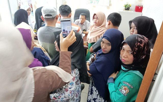 Perwakilan perawat yang melancarkan protes diterima Kabid Keperawatan RSUD Cut Nyak Dhien Meulaboh, Aceh Barat, saat berlangsungnya mogok massal untuk menolak pemberian upah sebesar Rp1 juta/orang/bulan, Sabtu (1/9/2018). (Foto/Dedi Iskandar)