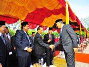 PLT Gubernur Nova Iriansyah berjabat tangan dengan para undangan pada upacara Hardikda di Banda Aceh, Minggu (2/9/2018). (Foto/Humas)