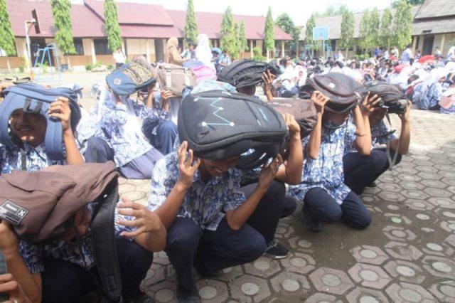 Ratusan pelajar SMP di Meulaboh, Aceh Barat, mengikuti simulasi penyelamatan saat terjadinya gempa bumi dalam kegiatan yang diselenggarakan BPBD setemat, Senin (5/9/2018). (Foto/Dedi Iskandar).