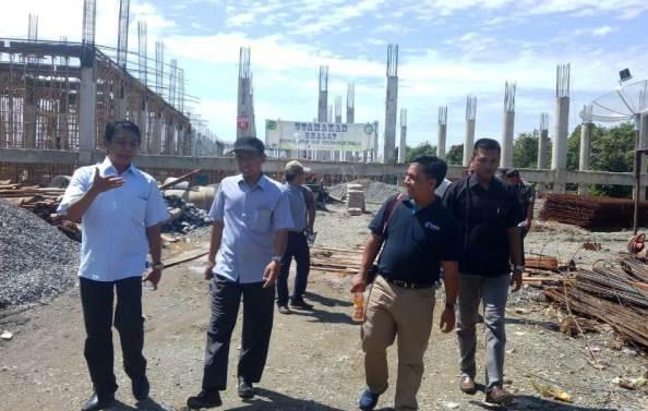Anggota DPR Aceh, Zaenal Abidin, (pakai topi) meninjau pelaksanaan pembangunan Rumah Sakit Regional Aceh di kawasan Suak Raya, Meulaboh, Aceh Barat, Minggu (16/9/2018). (Foto/Dedi Iskandar).
