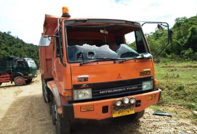 Truk milik PT WMM rusak parah setelah terjadinya amuk massa di lokasi galian C di kawasan Desa Meudang Ghon, Kecamatan Indra Jaya, Aceh Jaya. (Foto/Ist)