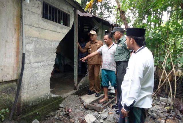 Camat Seunagan Timur, Saiful Bahri, bersama Kades dan Babinsa Danramil melihat langsung rumah Kamaruddin yang dirusak kawanan gajah, Senin (17/9/2018). (Foto/ Muji Burrahman)