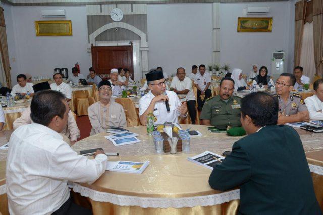 PLT Gubernur Aceh, Nova Iriansyah, mengikuti rapat membahas vaksin MR dengan pihak MPU dan dinas terkait lainnya, Rabu (19/9/2018). (Foto/Ist)