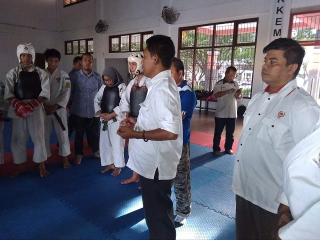 Wakil Ketua Tim Pelatda PORA XIII Aceh Besar, Ridwan Jamil, memberikan pengarahan saat meninjau latihan cabang Kempo di Stadion Harapan Bangsa, Lhong Raya, Banda Aceh, Rabu sore (19/9/2018). (Foto/Ist)
