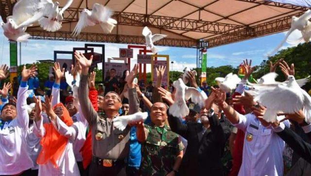 Para peserta Pemilu 2019 dan unsur Forkopimda Aceh melakukan pelepasan burung merpati putih secara bersama, sebagai simbol kedamaian. (Foto/Ist)