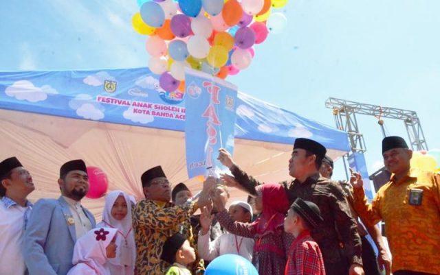 Wali Kota Banda Aceh, Aminullah Usman, ketika membuka FASI 2018 di Banda Aceh, ditandai dengan melepas balon ke udara. (Foto/Ist)