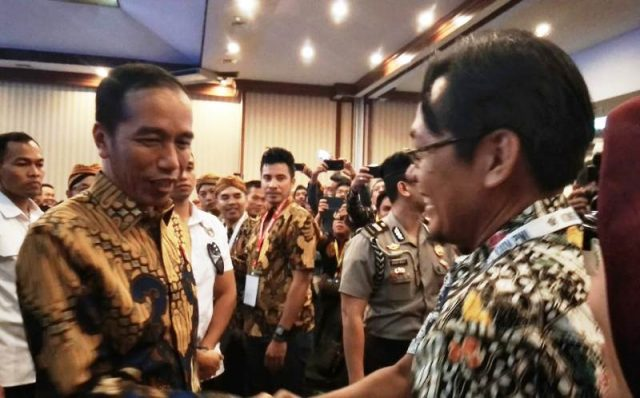 Presiden Jokowi menyalami Plt Ketua PWI Aceh, Aldin Nl, yang juga Penanggungjawab Waspadaaceh.com pada Kongres PWI XXIV di Solo, Jawa Tengah, Jumat (28/9/2018). (Foto/Ria)