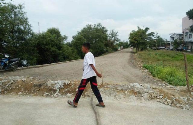 Pembangunan jalan T. Muhammad Said di lokasi bekas Cunda Plaza, Lhokseumawe, merupakan salah satu dari 12 paket proyek DOKA 2018, kini baru selesai pengerasan. (Foto/Zainuddin Abdullah)