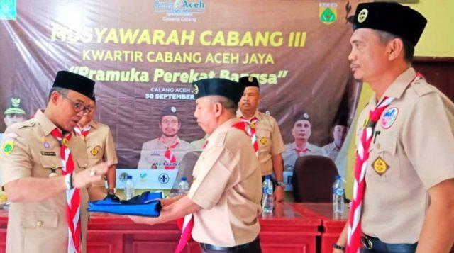 Bupati Aceh Jaya HT Irfan TB menyerahkan alat tulis usai membuka Musyawarah Cabang ke-3 Pramuka, berlangsung di Aula Dinas Pendidikan di Calang, Minggu (30/9/2018). (Foto/Dedi Iskandar)