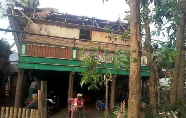 Salah satu rumah di Kecamatan Indrajaya, Pidie, mengalami rusak bagian atapnya, setelah diterjang angin puting beliuang terjadi, Jumat (14/9/2018). (Foto/Muhammad Riza)