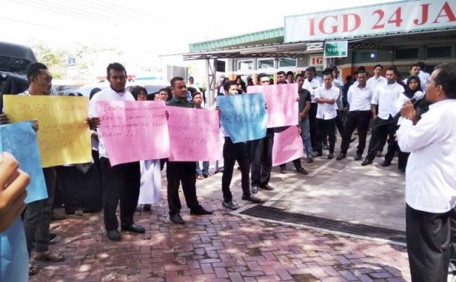 Ratusan petugas honorer dari tenaga harian lepas, melancarkan aksi damai di depan Kantor RSUD Cut Nyak Dhien Meulaboh, Aceh Barat, Rabu siang (5/9/2018), untuk mendukung kebijakan rumah sakit yang memberi upah sebesar Rp1 juta/bulan. (Foto/Dedi Iskandar).