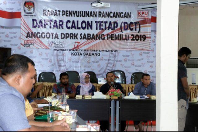 Ketua KIP Kota Sabang Azman didampingi Komisioner KIP lainnya sedang menjelaskan tentang Putusan Mahmakah Agung RI untuk kemenangan Aprizal Bakri. (Foto/KBA.ONE)