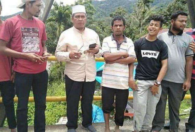 Bupati Aceh Barat H Ramli MS (berpeci) berbicara dengan warga Beutong Ateuh Banggalang, Nagan Raya, saat melintasi kawasan pedalaman ini. (Foto/ist)