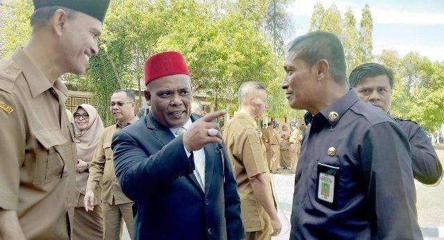 Bupati Pidie Roni Ahmad (kopiah merah), mengingatkan masyarakat yang melakukan penambangan emas agar taat aturan dan patuh terhadap undang-undangan untuk menghindari kecelakaan kerja. (Foto/Muhammad Riza)
