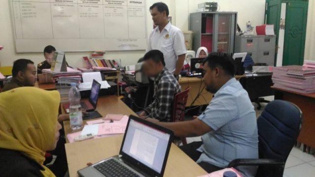 Penyidik Sat Reskrim Polres Aceh Barat, Rabu (12/9/2018), menyerahkan tersangka (baju kotak-kotak) berikut berkas dan barang bukti dalam kasus dugaan penipuan di Rumah Sakit Umum Daerah (RSUD) Cut Nyak Dhien Meulaboh ke Kejaksaan Aceh Barat. (Foto/Ist)