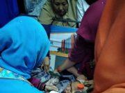 Proses melahirkan bayi dari seorang ibu, Siti Hadijah Nasution, di KA Sri Bilah jurusan Rantau Prapat - Medan. (Foto/Ist)