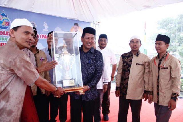 Wakil Wali Kota Banda Aceh, Drs H Zainal Arifin menyerahkan piala kepada para juara. (Foto/Ist)