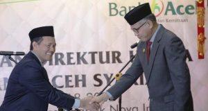 Plt.Gubernur Aceh, Nova Iriansyah, melantik Direktur Utama PT Bank Aceh Syariah, Haizir Sulaiman. (Foto/Ist)