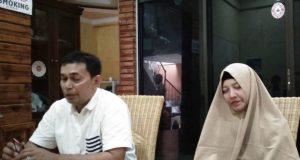 Korban Erawati didampingi suaminya, Efendi, saat memberi keterangan di Kantor YARA, Banda Aceh, Selasa (9/10/2018). (Foto/Ist)
