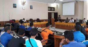 Sejumlah tenaga harian lepas (THL) BPBD Aceh Barat mendatangi kantor DPRK untuk mengadukan pemutusan kontrak kerja. (Foto/Dedi Iskandar)