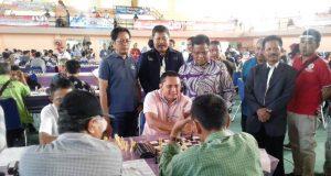 Walikota Banda Aceh, Aminullah Usman, didampingi Ketua Pengorov Percasi Aceh, Aldin NL, menyaksikan atlet Banda Aceh, Master Fide Zulkhairi, yang sedang berlaga di Kejurnas Catur 2018 di Hall Lhong Raya Banda Aceh, Sabtu (13/10/2018). (Foto/Ist)
