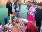 Wali Kota Banda Aceh, Aminullah Usman, didampingi Ketua Pengprov Percasi Aceh, Aldin NL, saat memotivasi atlet catur wanita Aceh. (Foto/Ria)