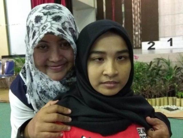 Miftahul Jannah dengan Yayan Zamzami,host di acara penutupan Kejurnas Catur 47/2018 di Hall Stadion Harapan Bangsa, Lhong Raya, Banda Aceh, Senin (15/10/2018. (Foto/Ist)